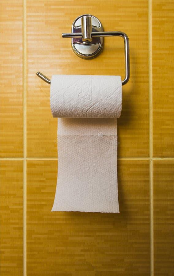 Toilettenpapier auf glasig-glänzender Fliese stockbilder