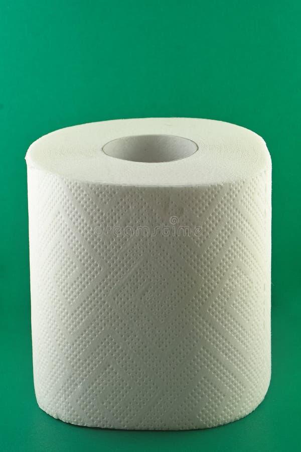 Toilettenpapier auf Grün lizenzfreie stockfotografie