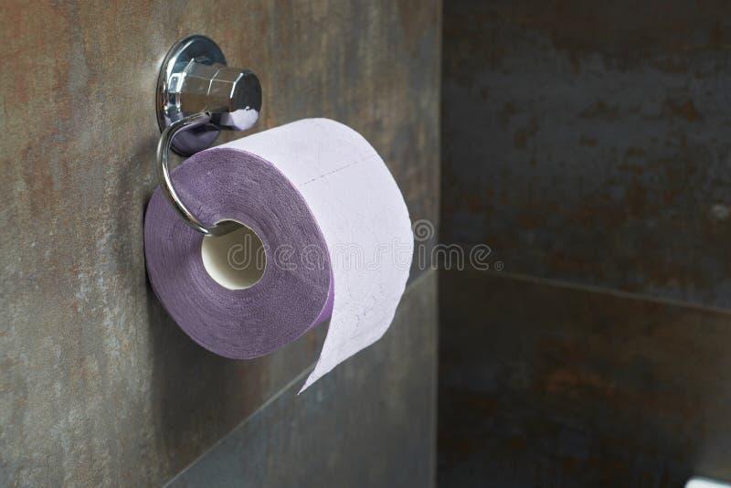 Toilettenpapier auf moderner Wand lizenzfreies stockfoto