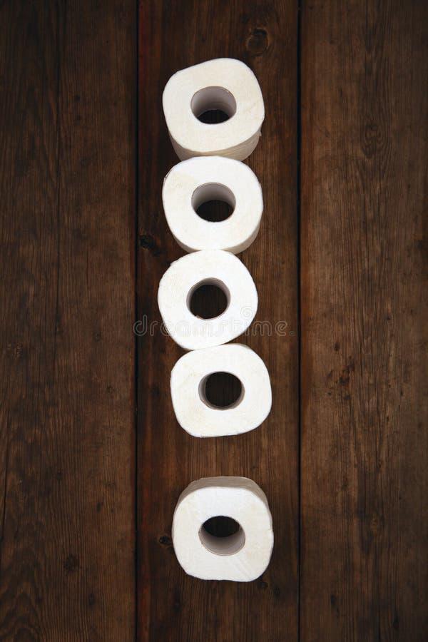 Toilettenpapier-Ausrufezeichensymbolholztisch lizenzfreie stockfotografie