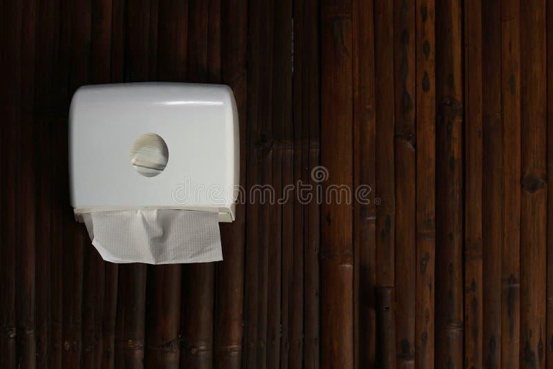 Toilettenpapier in der Papierturmzufuhr lizenzfreie stockbilder