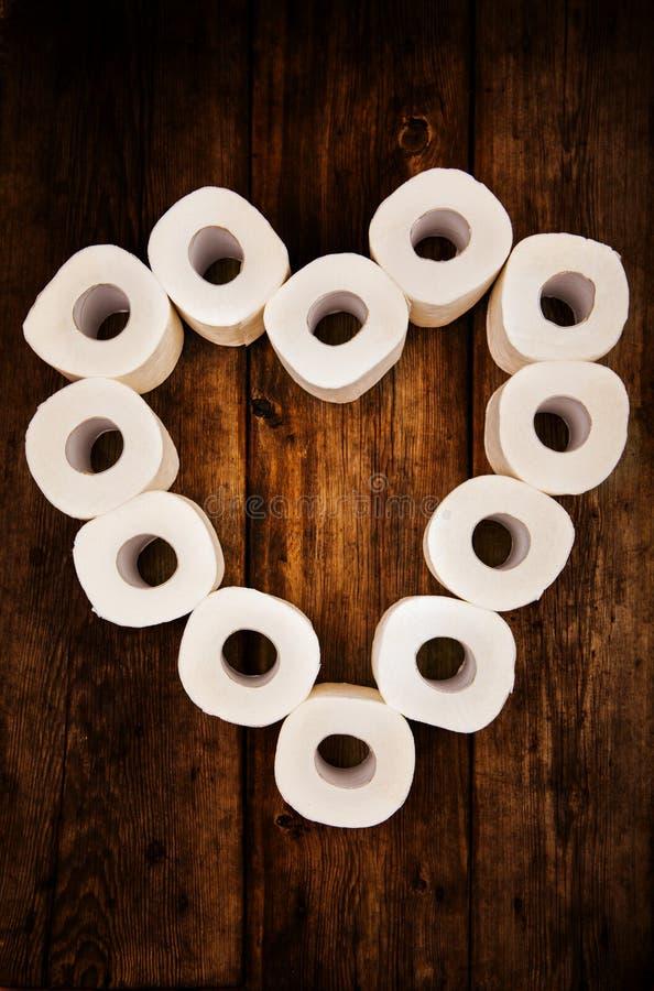 Toilettenpapier-Herzholztisch lizenzfreie stockfotografie