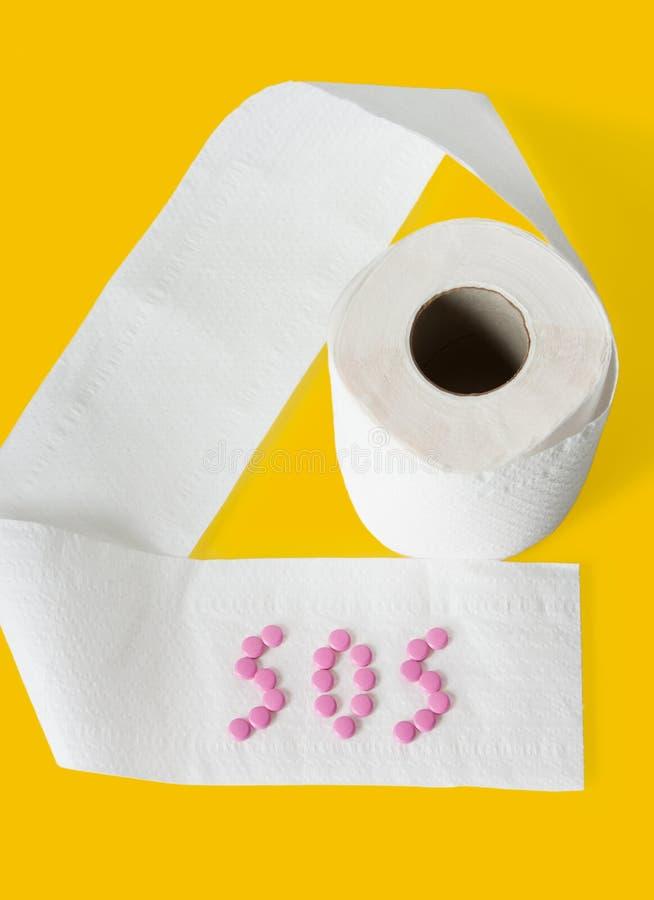 Toilettenpapier, Tabletten auf gelbem Hintergrund lizenzfreie stockbilder
