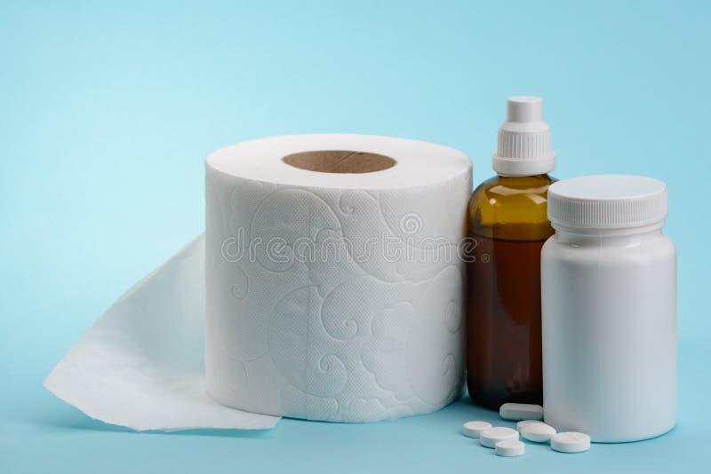 Toilettenpapier und Medizin stockbild