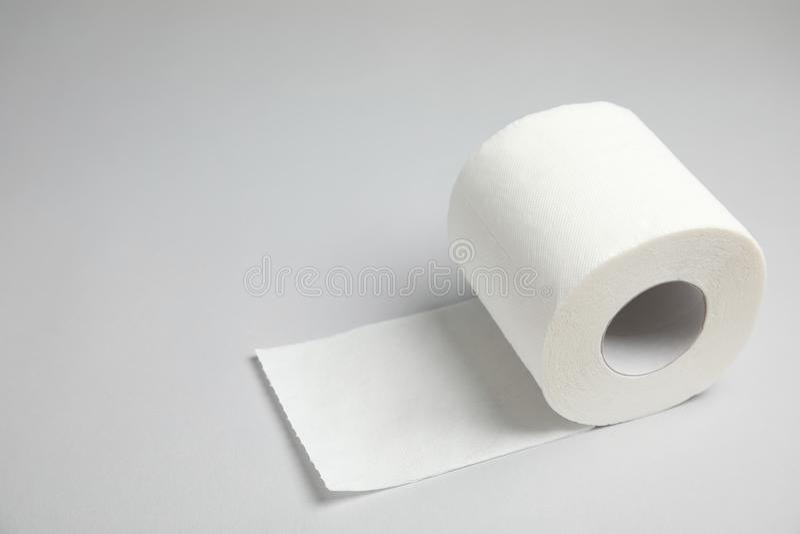 Toilettenpapierrolle auf grauem Hintergrund lizenzfreie stockfotos