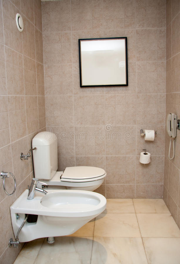 Toilettenraum mit weißer Wanne und Bidet lizenzfreie stockfotografie