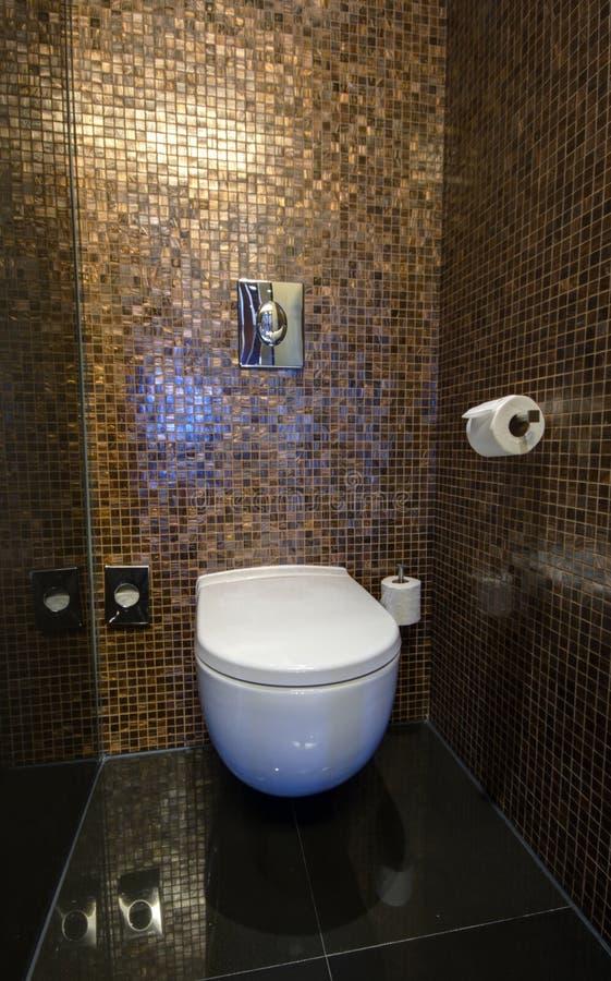 Toilettenraum mit weißer Wanne lizenzfreie stockfotos