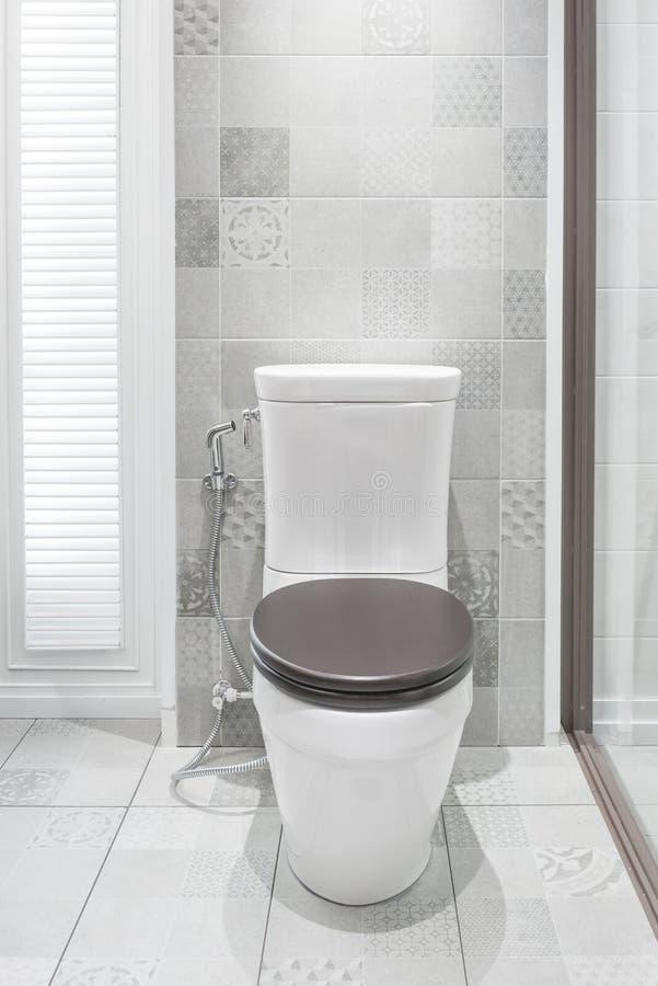 Toilettenschüssel in einem modernen Badezimmer stockfoto