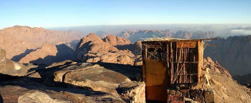 Toilettes dans les montagnes image libre de droits