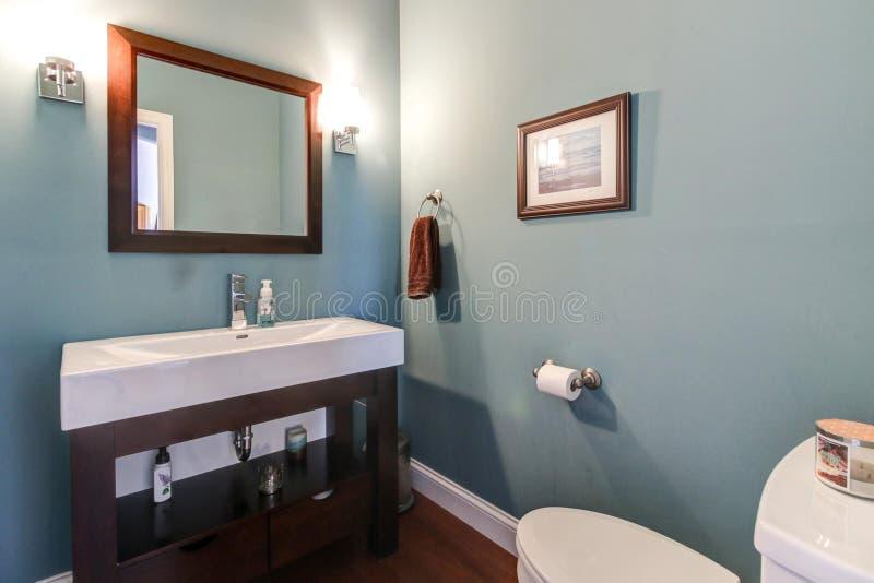 Toilettes pour dames/à moitié bain contemporains de Midwest images libres de droits