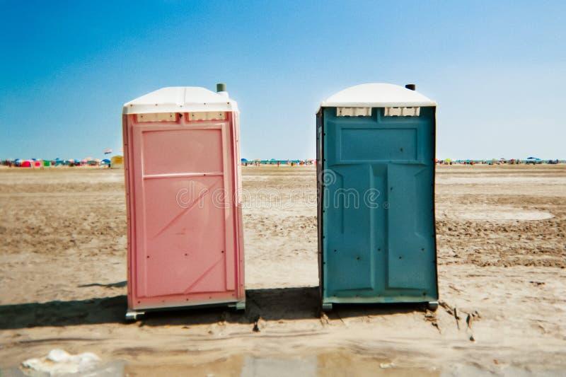 Toilettes unisexes portatives sur la plage photographie stock libre de droits
