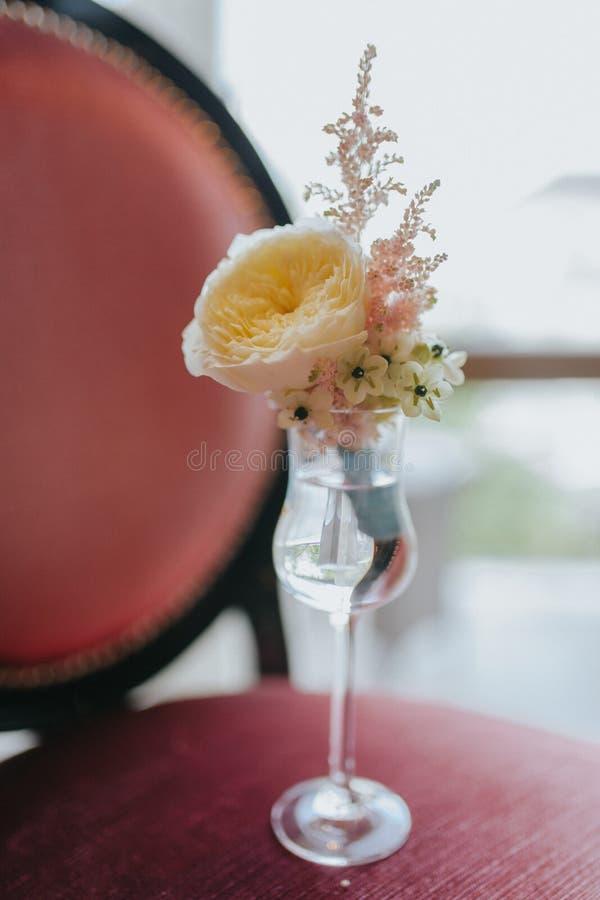 Toilettez la fleur orange du ` s avec les fleurs roses et sauvages photo stock