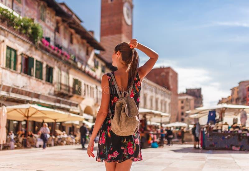 Toirust kvinna i Verona nära gammal marknad i historisk mitt Handelsresande i ber?md loppdestination i Italien Gammal stad var bo royaltyfria foton
