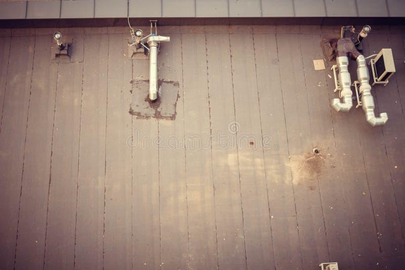 Toit avec la climatisation et la ventilation image libre de droits