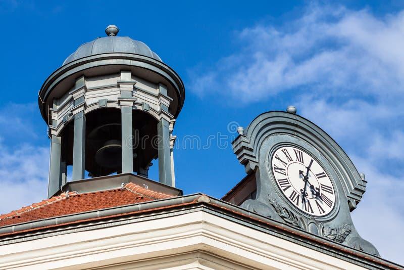 Toit avec la tour et l'horloge image libre de droits
