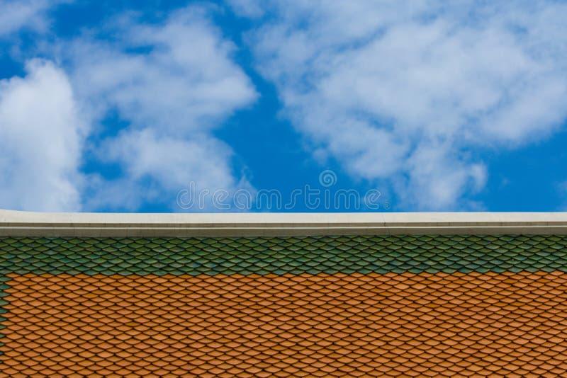 Toit avec le ciel images stock