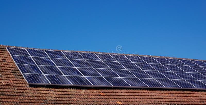 Toit avec les panneaux solaires image stock