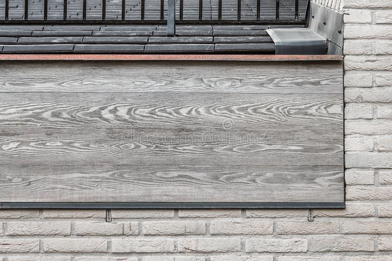 Toit avec les poutres en bois grises, les tuiles noires et les briques blanches photos libres de droits