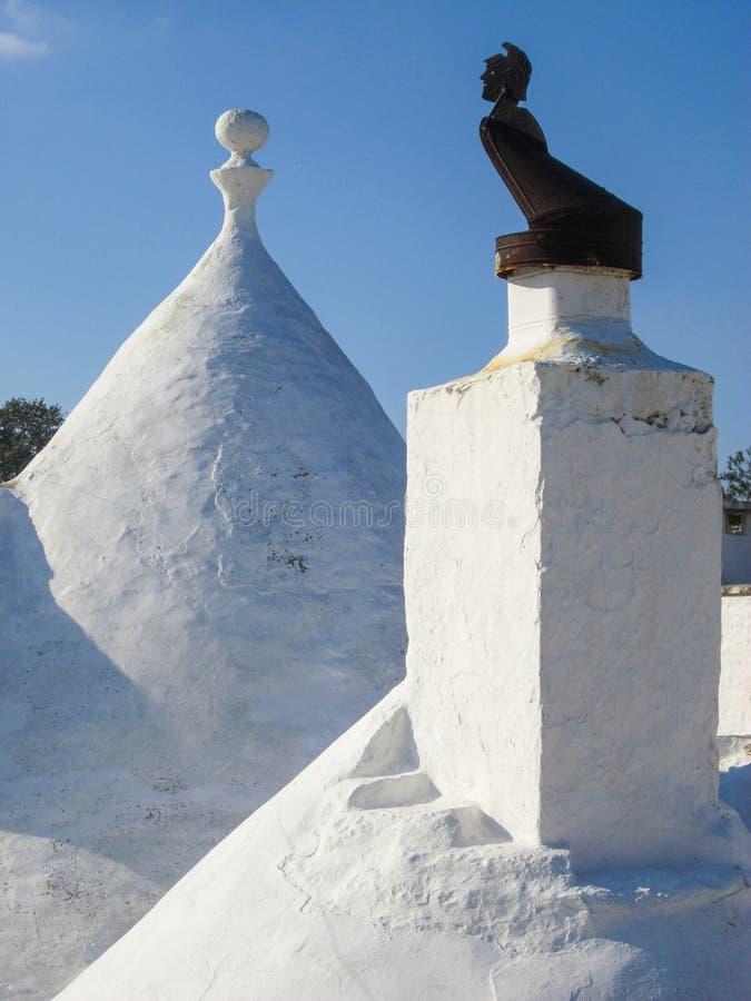 Toit blanc avec le dessus de cheminée, Trulli, Puglia, Italie photo stock
