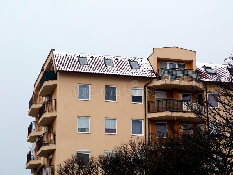Toit brun rustique d'argile de Milou sur le logement de mi-hausse le jour d'hiver photo stock