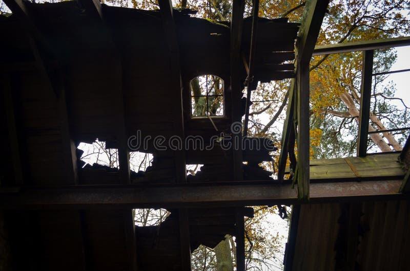 Toit cassé avec des fenêtres d'un endroit perdu photos stock
