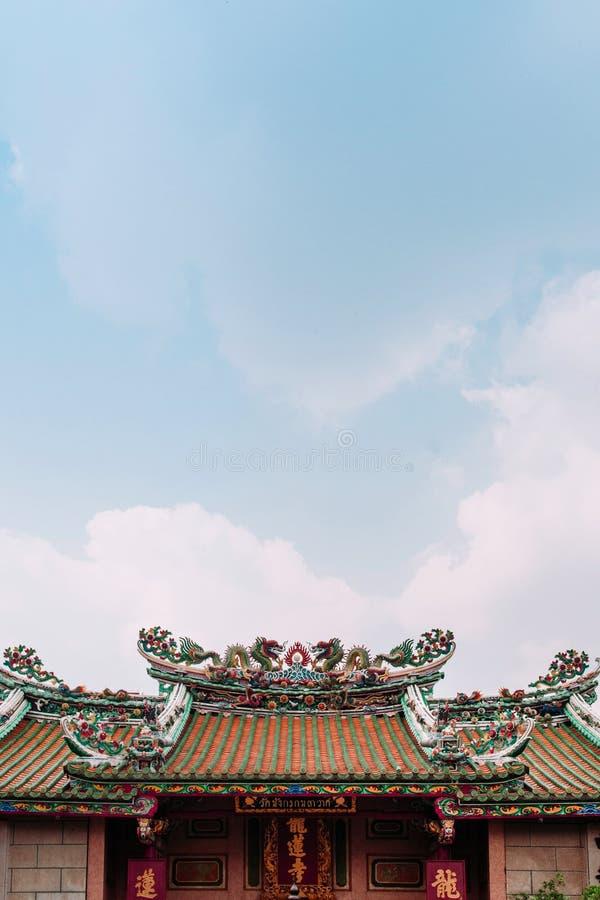 Toit chinois coloré de temple avec des sculptures en dragon, Wat Mangkon photo libre de droits