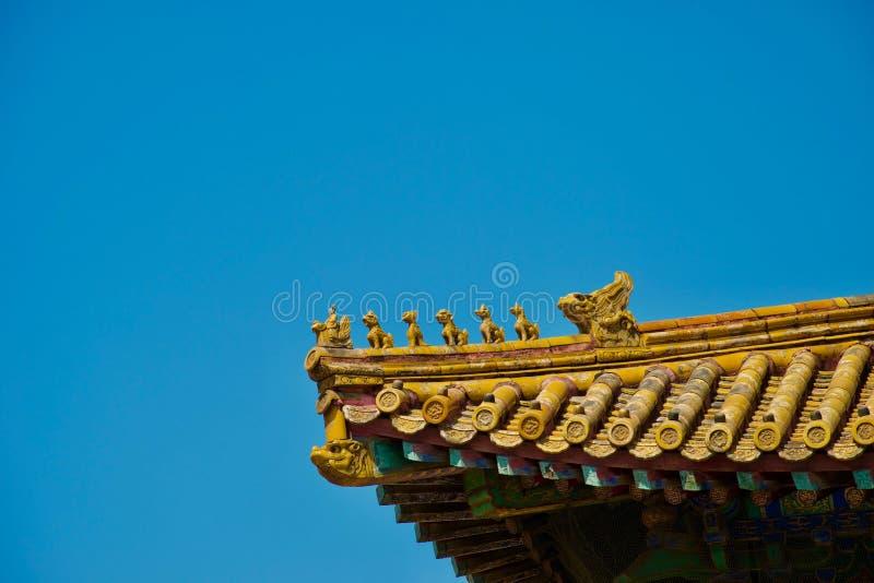 Toit chinois d'or avec la rangée des animaux mythiques au soleil photo stock