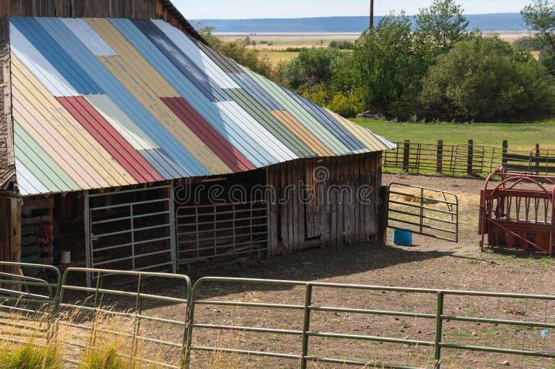 Toit coloré de grange image stock