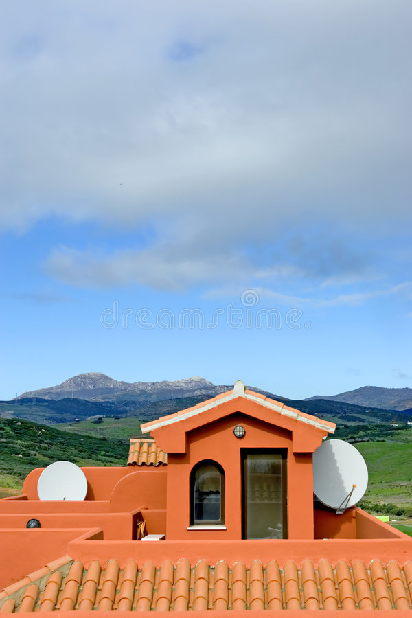 Toit d'appartement espagnol avec l'antenne parabolique de TV image stock