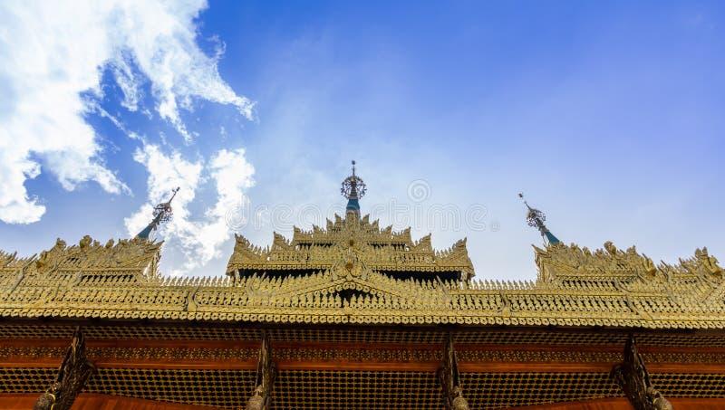 Toit d'or de temple images stock