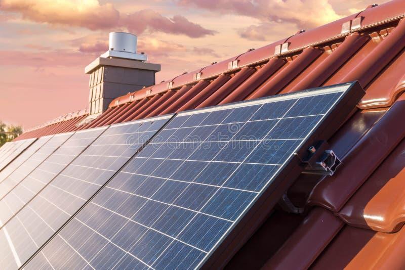 Toit d'une maison avec le panneau solaire ou le système photovoltaïque photographie stock libre de droits