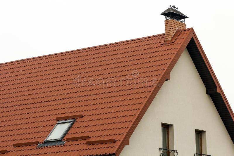 Toit d'une nouvelle maison faite à partir des tuiles de toiture jaunes images libres de droits