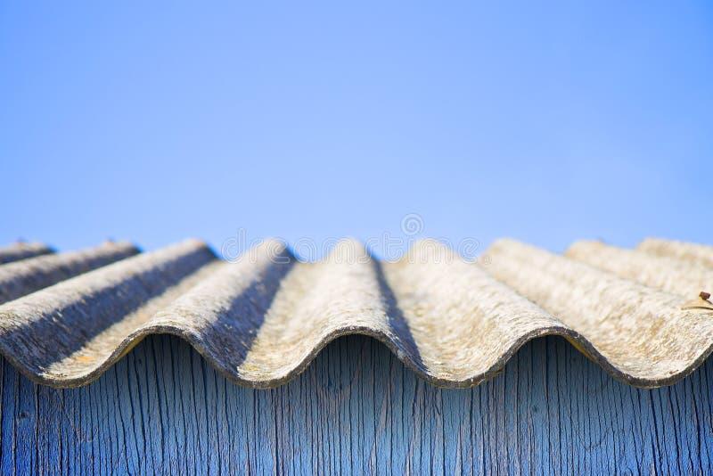 Toit dangereux d'amiante - un des matériaux les plus dangereux dedans images stock
