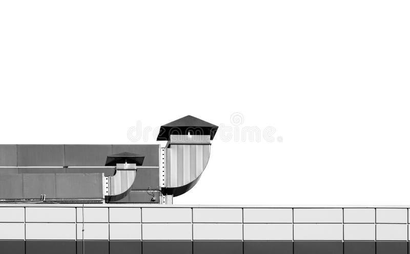 Toit de bâtiment industriel avec des cheminées de ventilation sur le dos de blanc photos libres de droits