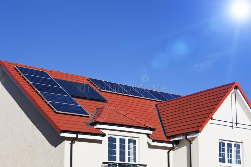 Toit de Chambre couvert de panneaux solaires image libre de droits