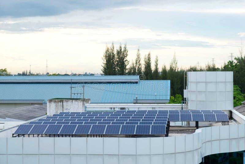 Toit de génération du système de panneau solaire images libres de droits