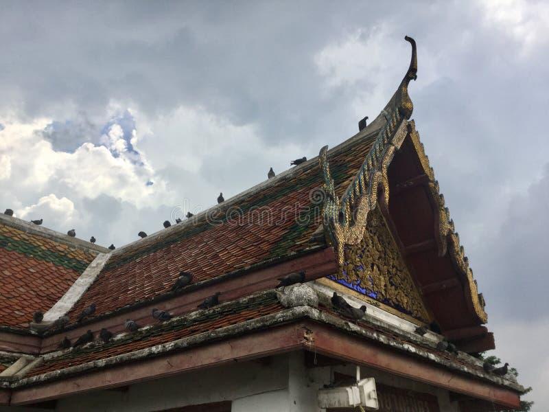 Toit de l'entrée de pilier au temple de Kanlayanamit à Bangkok Thaïlande images stock