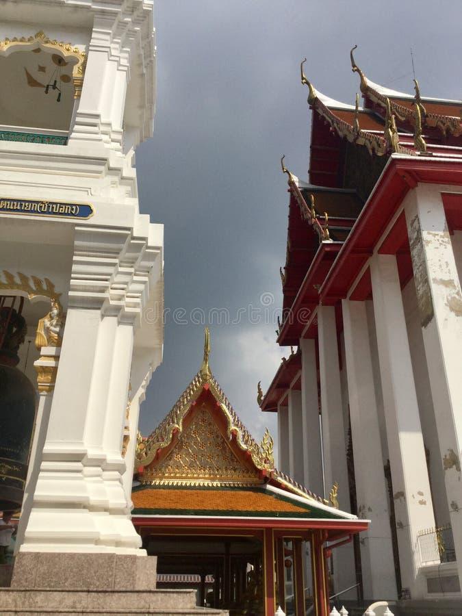 Toit de l'entrée de pilier au temple de Kanlayanamit à Bangkok Thaïlande image libre de droits