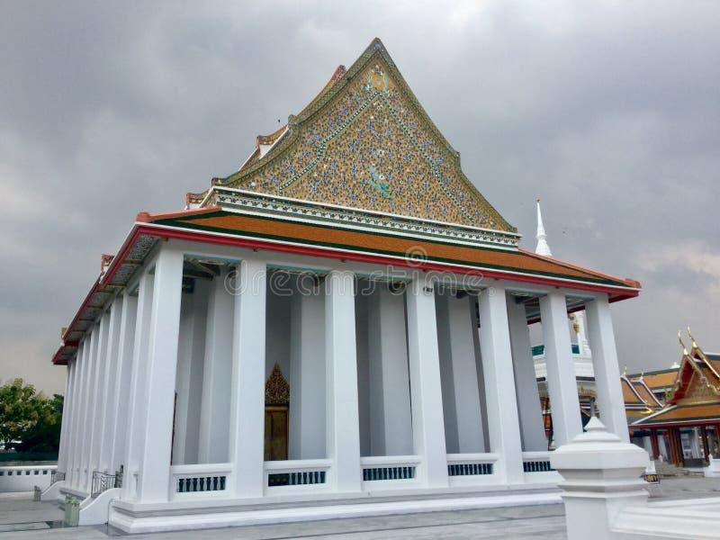 Toit de l'entrée de pilier au temple de Kanlayanamit à Bangkok Thaïlande images libres de droits