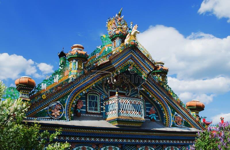 toit de la maison peu commune dans le village russe image stock image du cottage amusement. Black Bedroom Furniture Sets. Home Design Ideas