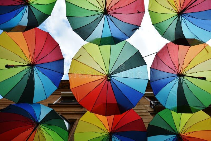Toit de parapluies d'arc-en-ciel photo stock