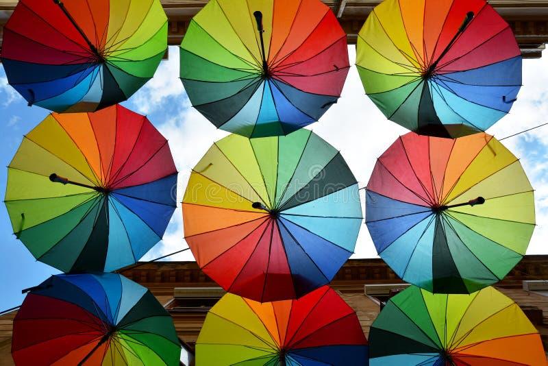 Toit de parapluies d'arc-en-ciel images stock