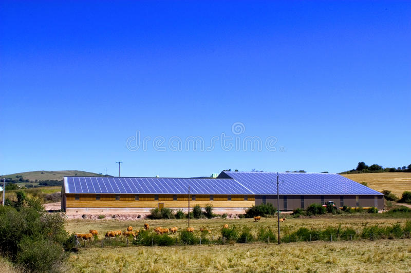 Toit de photovoltaïque photographie stock libre de droits