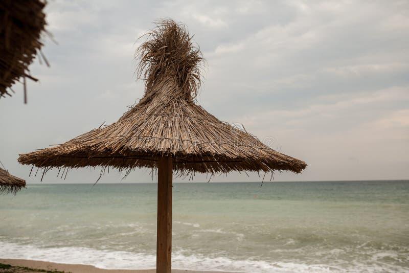 Toit de Reed sur une plage chez la Mer Noire images libres de droits