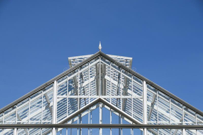 Toit de serre contre un ciel bleu clair photographie stock