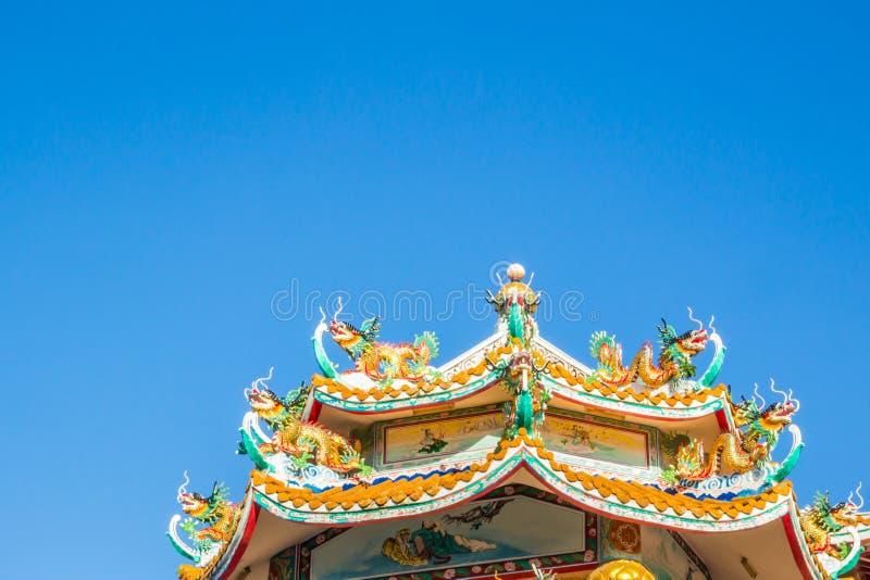Toit de temple de la Chine avec la statue de dragon de style chinois et le ciel bleu photos libres de droits