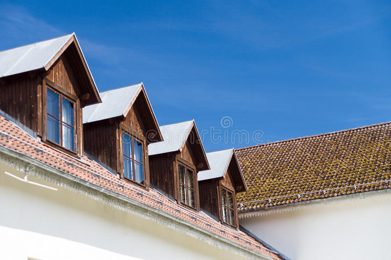 Toit de tuile et fenêtres des salles de mansarde photo libre de droits