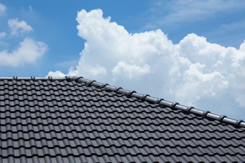 toit de tuile noir de maison avec le ciel bleu et le nuage image stock image 61606125. Black Bedroom Furniture Sets. Home Design Ideas