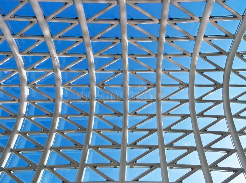 Toit en verre avec le fond de ciel bleu images libres de droits