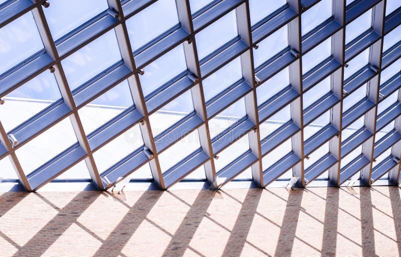 Toit en verre de la fenêtre, sur le ciel bleu photographie stock
